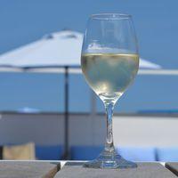 シェフおすすめの白ワインで華やぐ大人旅。