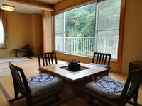 生源泉掛け流しの宿◎川音を聴きながら囲炉裏テーブルのある和室