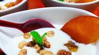 玄米と黒豆を大和ほうじ茶でコトコト煮込んだ室生伝統の味大和茶粥。自家製漬物と一緒に。(夕食無し)