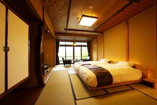 日本庭園を一望できる広縁付和室(ベッドタイプ)