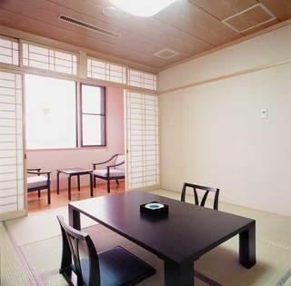 日本で最も大きな池「湖山池」を眺められる8畳和室(禁煙)