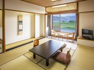 ◆川側◆筑後川と耳納連山が一望できる 和室10畳