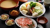【ピリ辛味噌鍋】ピリッと辛くてうまい!宮古島産の「島とうがらし」を使った特製味噌使用。