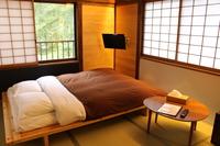 ダブルベッドの和洋室(6畳)