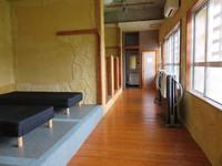 部屋B,ベッド6、シャワー、洗面、トイレ、洋室