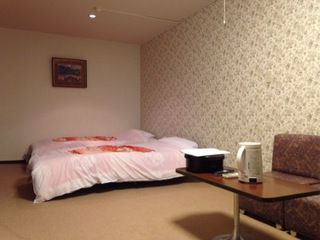 【洋室】〜ツインベッド・テーブル ソファーのお部屋〜