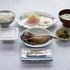 夜は自由に♪純和風の朝ごはんで元気に出発!ご飯・味噌汁はお代わり自由/朝食付★現金特価