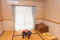 和室8畳、バス、トイレ、冷蔵庫、エアコン付き☆