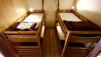 4名まとめて予約 男女共用ドミトリー内の2段ベッド2台