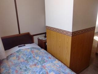 シングルA【バス、トイレ付】室中央に80cm角の大きな柱あり