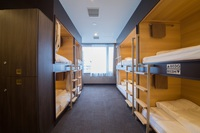 男女共用 8名用ドミトリーのベッド1台 共用シャワートイレ