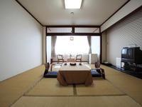 広々とした和室タイプのお部屋。中庭の眺望が癒されます。