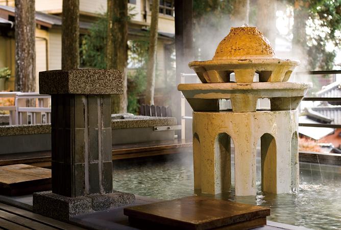 噴水から温泉が湧き出す山の足湯