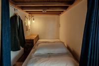 プライバシーを確保した男女共用カプセル型2段ベッド1台
