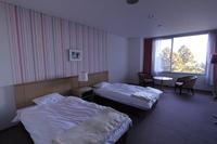 洋室ツイン2名様一室、バストイレ付、高速無線LAN完備。