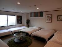 最大8名利用個室 和洋室 シングルベッド8台 共用バスルーム