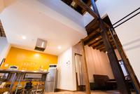 アイランドキッチン、吹抜け、坪庭がある3LDK京町家別荘
