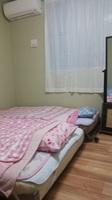 三名様用エアコン付新築個室。台所や個室シャワー等共用
