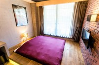 キングサイズベッド付きの和風モダンなお部屋