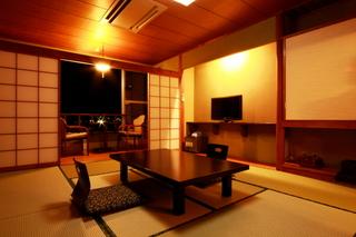 和室8畳+広縁:タウンサイド