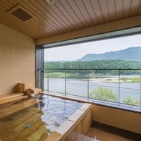 人気の露天風呂付客室『そよかぜ』素敵なテーブルセットやモダンなベッドルームも独占