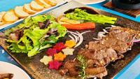 「ジビエdeリフレッシュ宙の森シカ肉スペシャル」コース。野山を駆け回った地元産シカ肉をご賞味ください