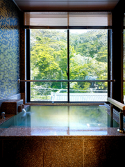 《ゆったり65㎡》名刹、誕生寺を望む半露天風呂付き客室で寛ぐ。【現地カード払いOK】