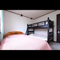 ダブルベッドと二段ベッドのファミリ−ルーム