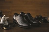 【自分も靴もピッカピカ!】足元から男前!職人による靴磨きサービスとスキンケアセット&日経新聞付き