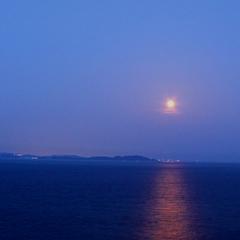 【スペシャルフルムーンデイズ】月の道が美しく水面に揺蕩う夜にはスパークリングワインの無料サービスを