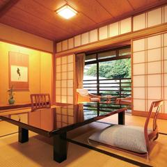 落葉山に抱かれた木の温もりを感じる和室【8帖+広縁|部屋食】