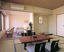 最上階和室10畳とツインルームが一緒の和洋室