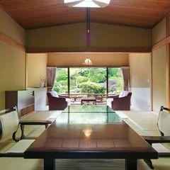 錦鯉の泳ぐ日本庭園に面した特別室(本間11帖+次の間+広縁)