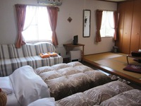 和室4畳、寝室はツイン、村の夜景がすばらしい、和洋室