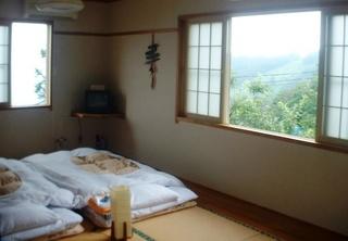 窓が3っ角部屋で明るく窓の外は大草原