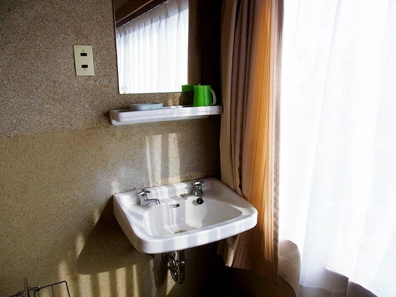 窓際の洗面台