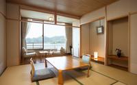 東郷湖が一望できる和室
