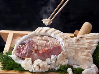 【赤穂名物】 赤穂の塩で包み焼いた鯛を木槌でコツコツ叩いて割って楽しく味わう☆『鯛の塩釜グルメ会席』