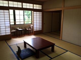 テレビの前に3畳のスペース少し広めの和室
