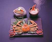 「輪島カニ王国」 ベスト3 .焼き石の蟹鍋 2人で1杯 岩皿の焼きガ二部屋プラン