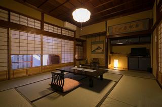 中庭に面したクラシック和室(1階・10畳)