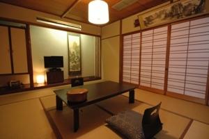 和室(1〜5名様、10畳)☆広〜い無料駐車場完備♪