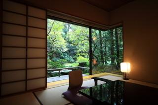 庭園側和室(1階〜2階、10畳)「窓からの景観庭園」