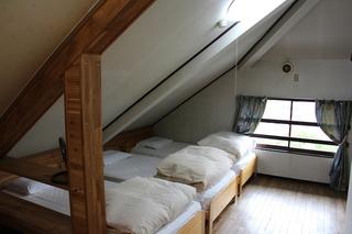 302号室 角部屋8畳の3ベッドルーム。