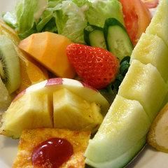 フルーツ盛りだくさんの朝食&ボリューム満点の夕食付きプラン