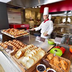【人気の宿掲載記念】新鮮野菜や焼きたてパンなどが人気の朝食ブッフェ&疲れを癒すホットアイマスク付