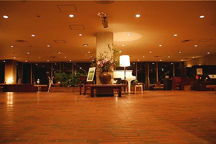 奥日光小西ホテルの広々としたロビー