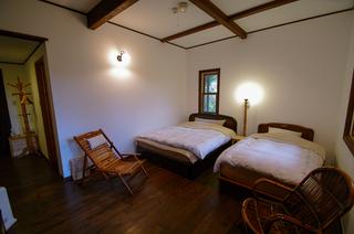 ベッドはクィーンとシングル 14〜18畳バストイレ完備