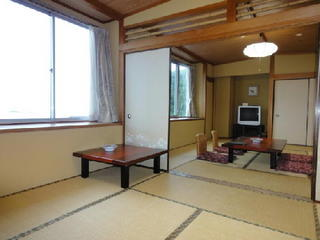 8畳と10畳の二間続きの和室にツインベットの洋室あり!