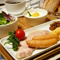 朝食付きプラン♪自家製ハムやサックサクの焼きたてクロワッサンが人気